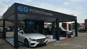 Mercedes-Benz menampilkan mobil listrik yang didisplay di area outdoor IIMS 2018. (foto : budsan)