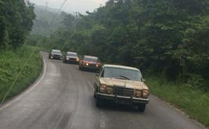 Mercedes-Benz Club Padang melintasi Jalan Lintas Sumatera